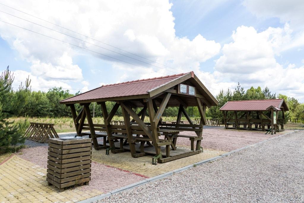 Wiaty wypoczynkowe na terenie inwestycji Borowiackie szlaki